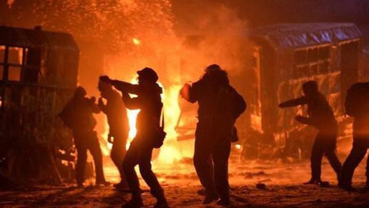Під час сутичок на Грушевського на світлошумовій гранаті підірвалося двоє протестувальників