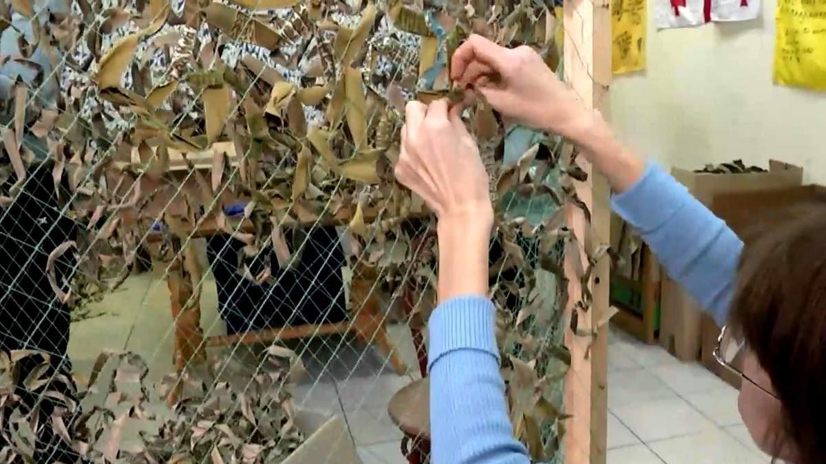 Волонтерів, які забезпечують військових маскуванням, хочуть вигнати на вулицю