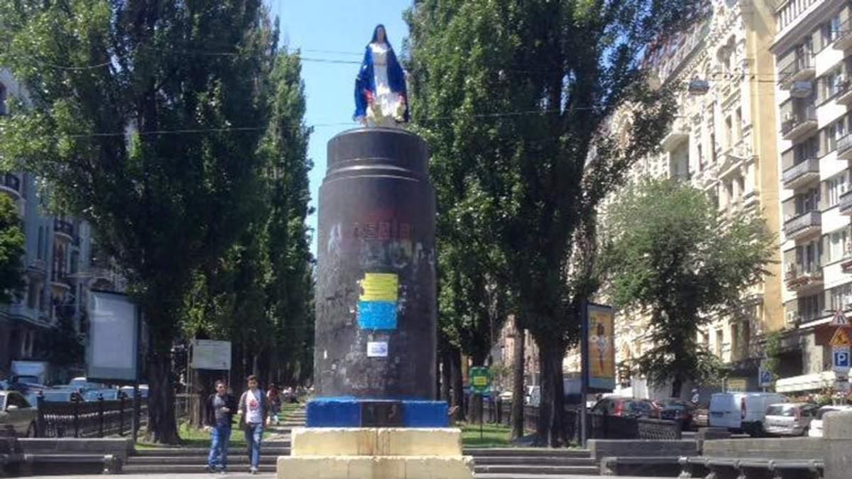 На известном постаменте Ленина в Киеве появилась мать Божья