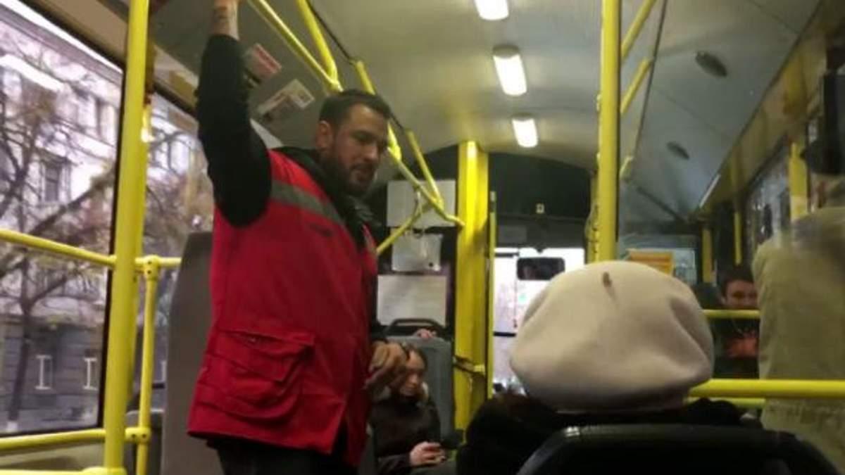 Гарячі танці у тролейбусі. Як киян розважає сексуальний кондуктор
