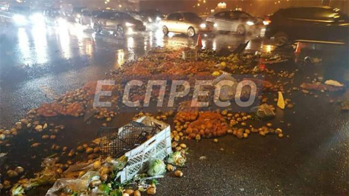 Масштабна ДТП у Києві: вулицю засипало овочами