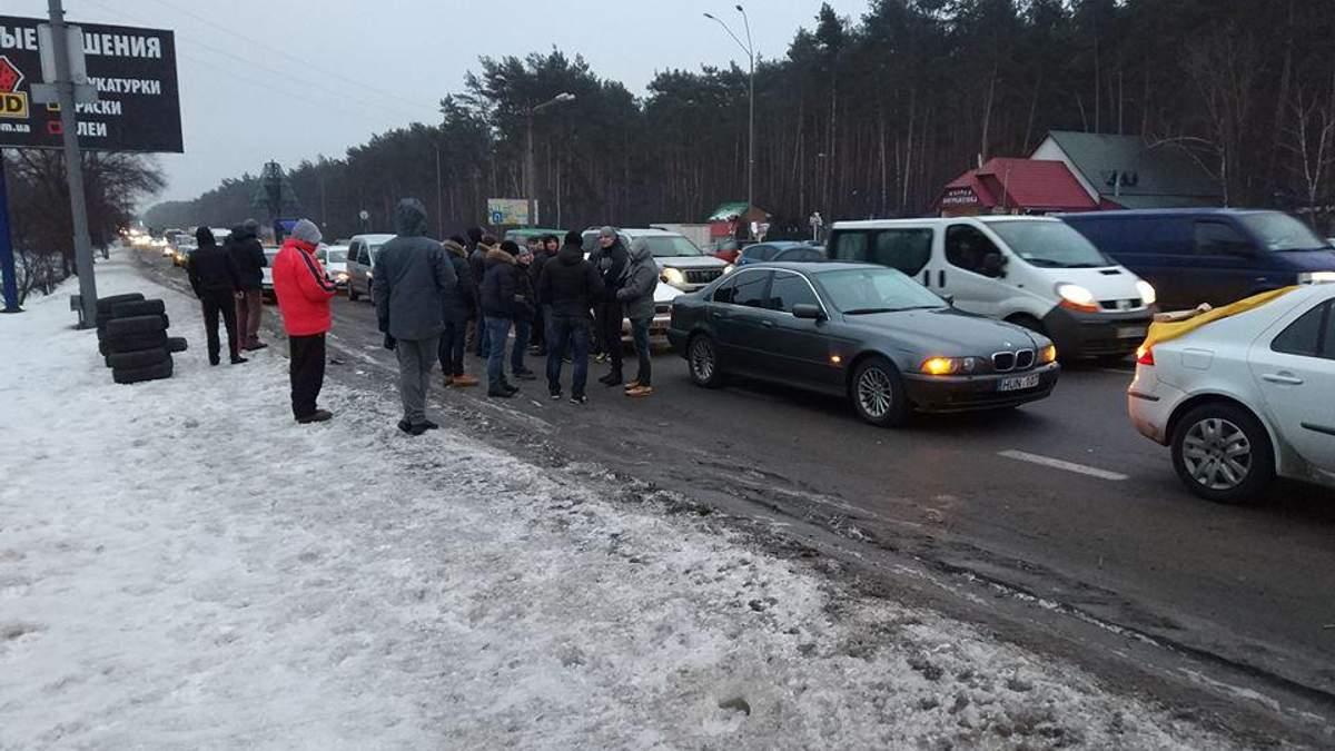 Активісти частково блокують в'їзди до Києва: запалили шини