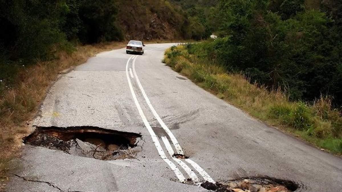 Яма на ямі: чому українські дороги ніяк не стануть схожими на німецькі