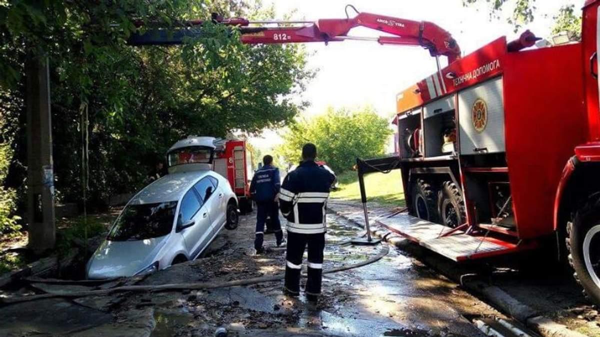 Через прорив труби у Києві автомобіль провалився під асфальт