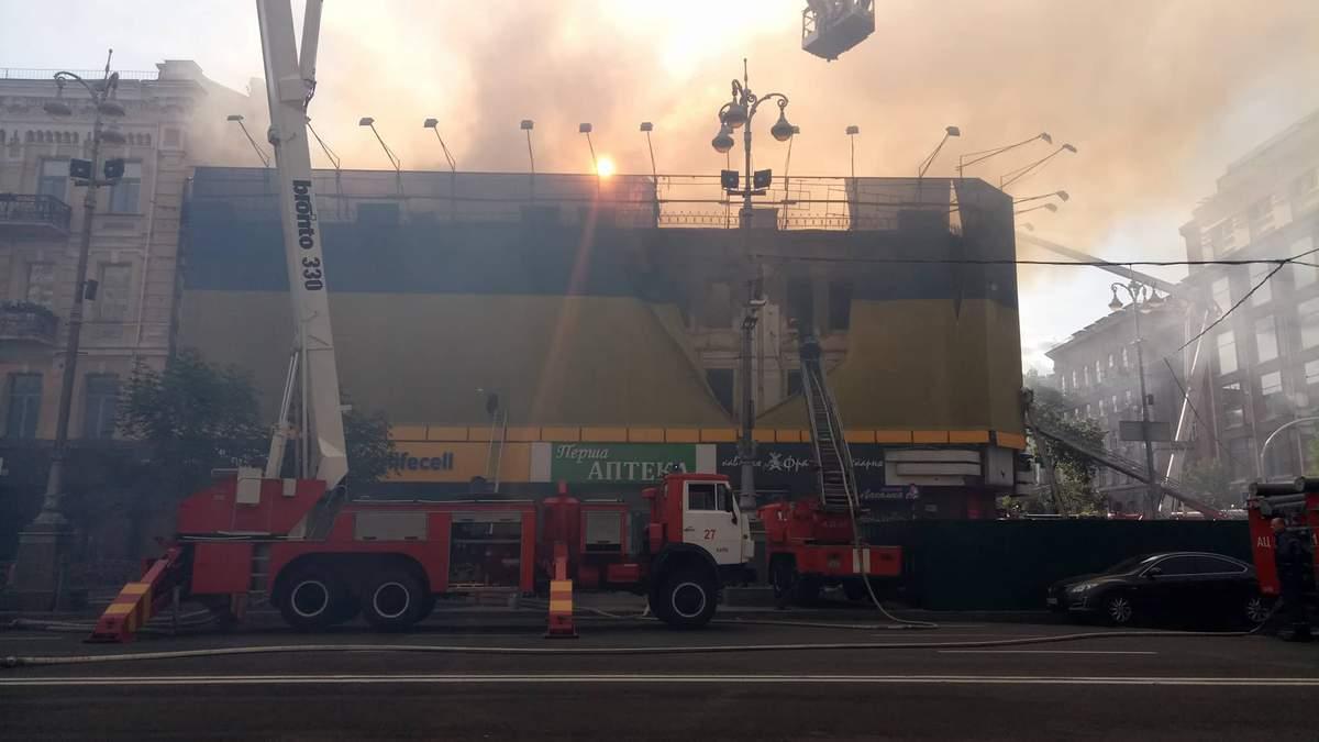 Масштабна пожежа у Києві на Хрещатику