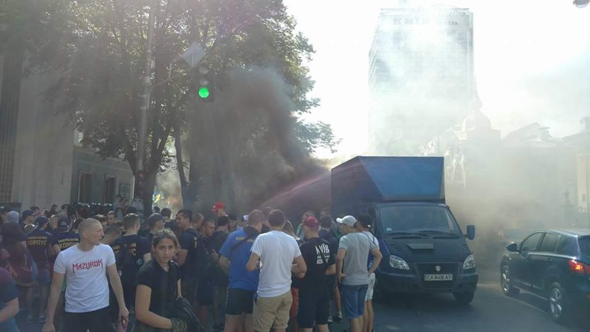 Возле Рады снова протесты: в ход пошли дымовые шашки