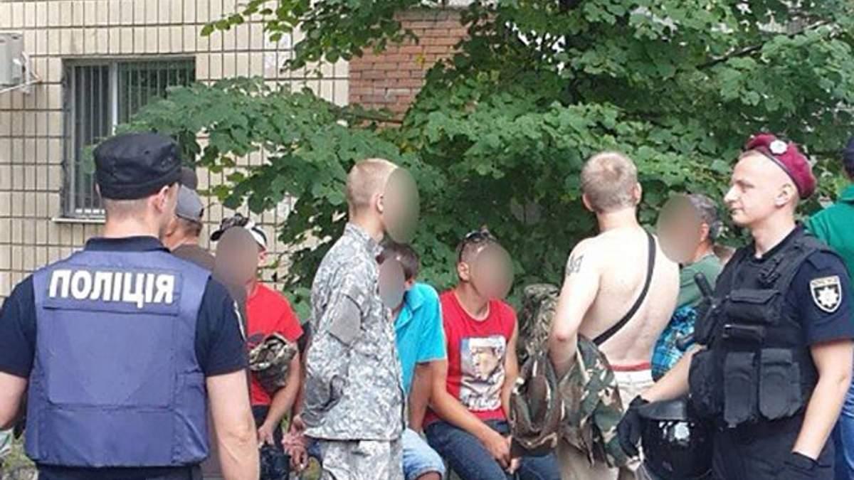 В Києві поліція затримала учасників проплаченого мітингу у військовій формі