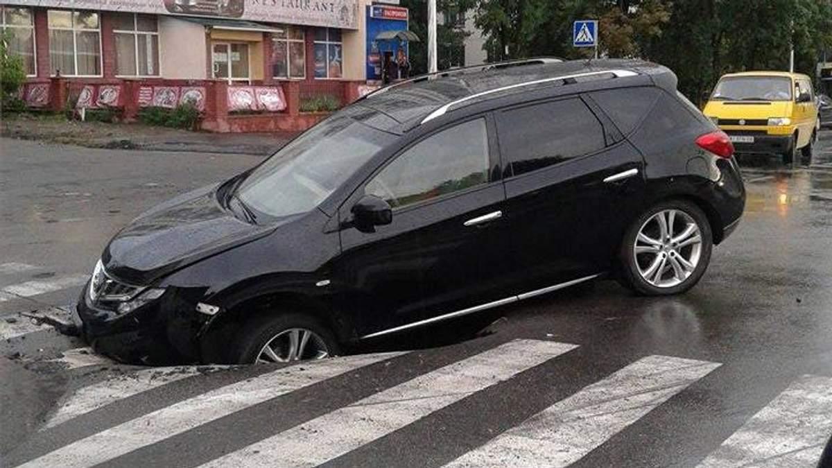 Авто провалилось под свежий асфальт в Киеве: появились фото