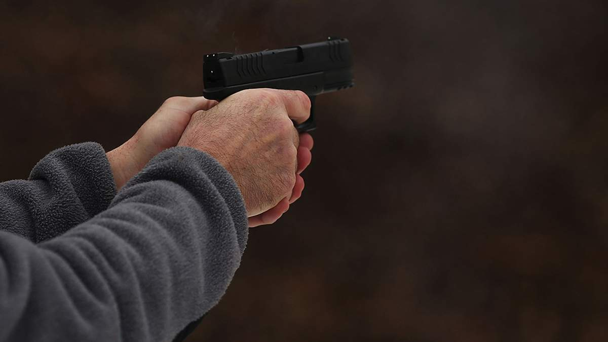 П'яний чоловік вистрілив у сідниці своєму нетверезому товаришу у Києві (18+)