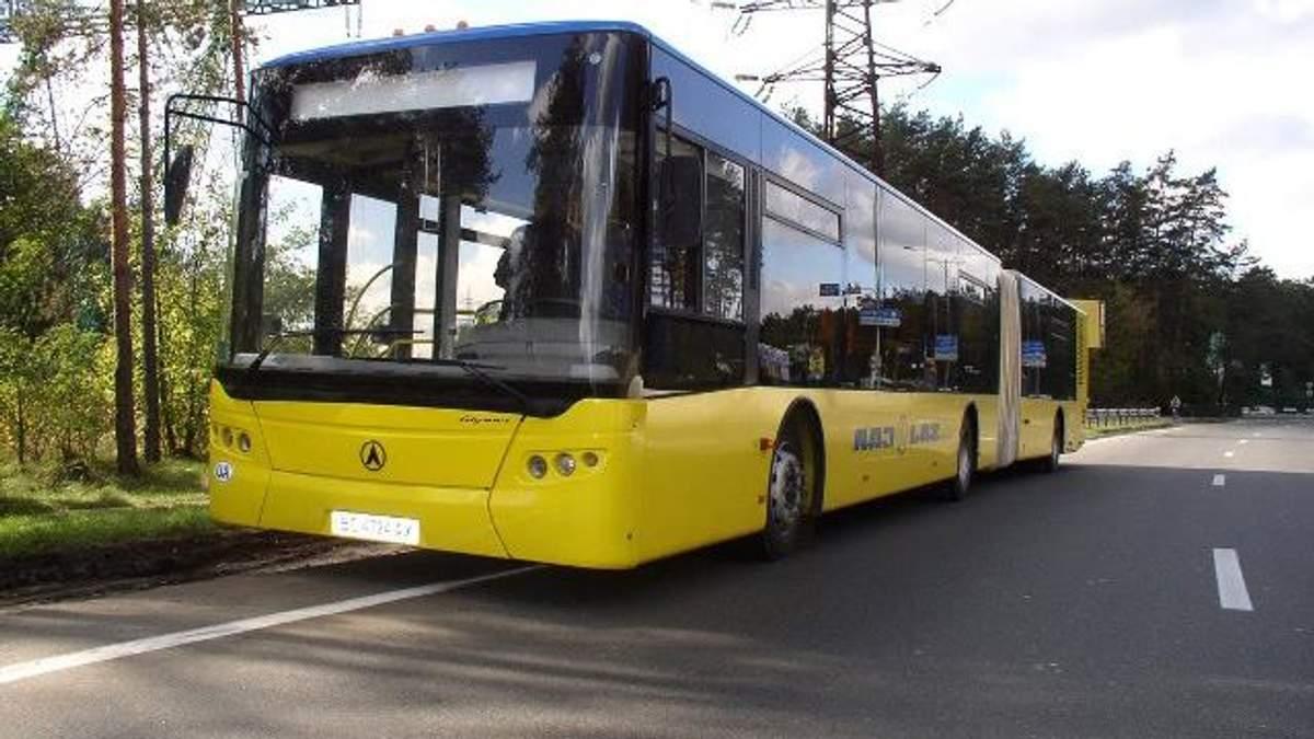 У Києві під час руху розвалився автобус: з'явились фото