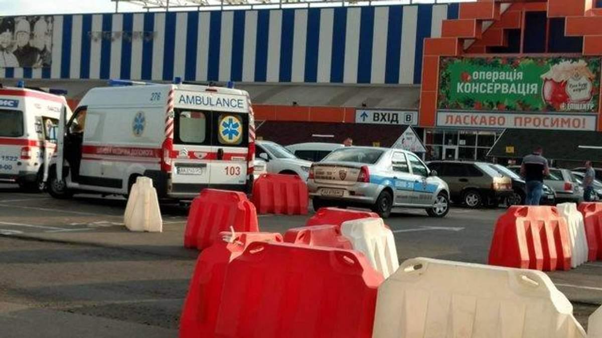 Чоловік помер на стоянці поблизу відомого ТЦ у Києві, – ЗМІ