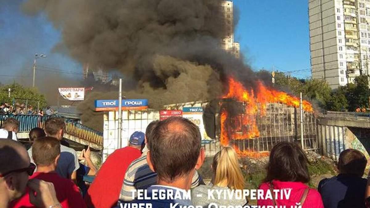 В Києві спалахнула пожежа у кіосках: є фото та відео