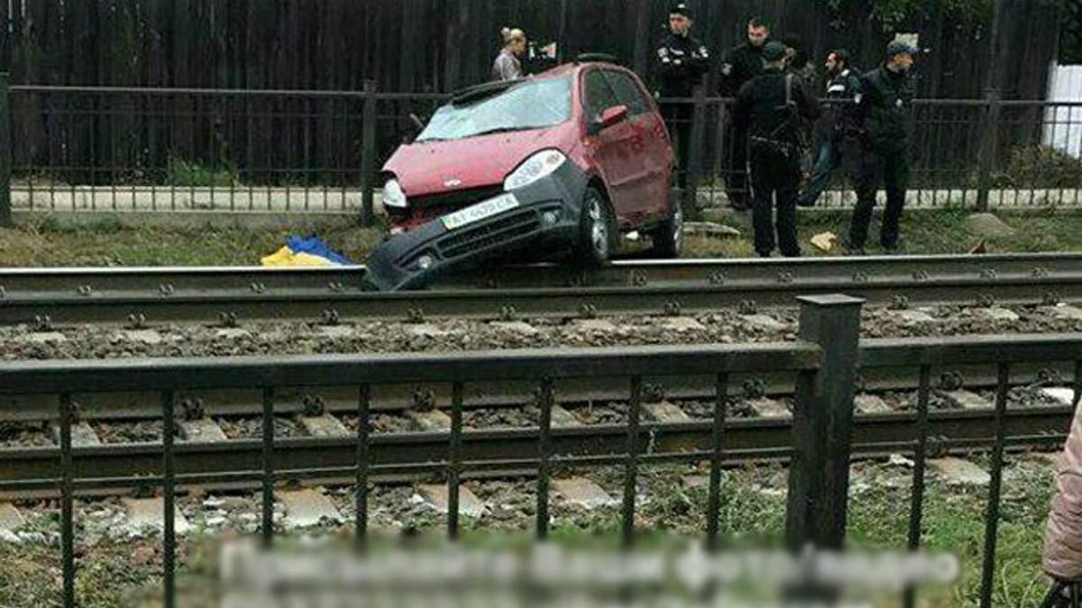Під Києвом потяг протаранив авто