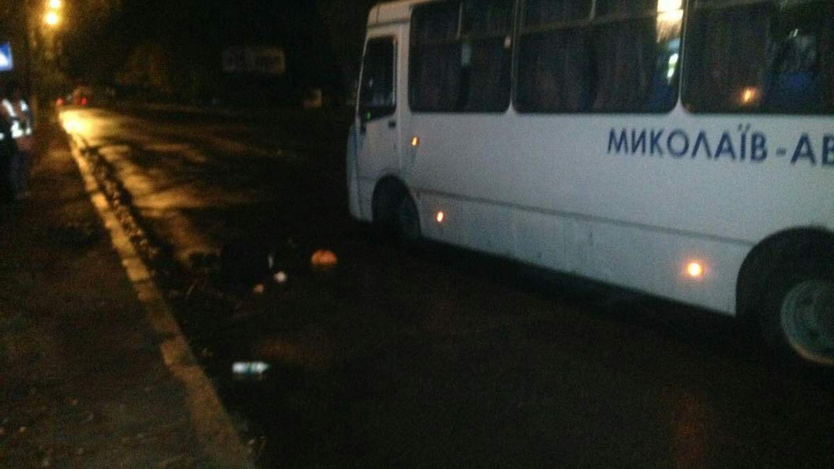 Автобус насмерть збив двох пішоходів у Миколаєві: фото 18+