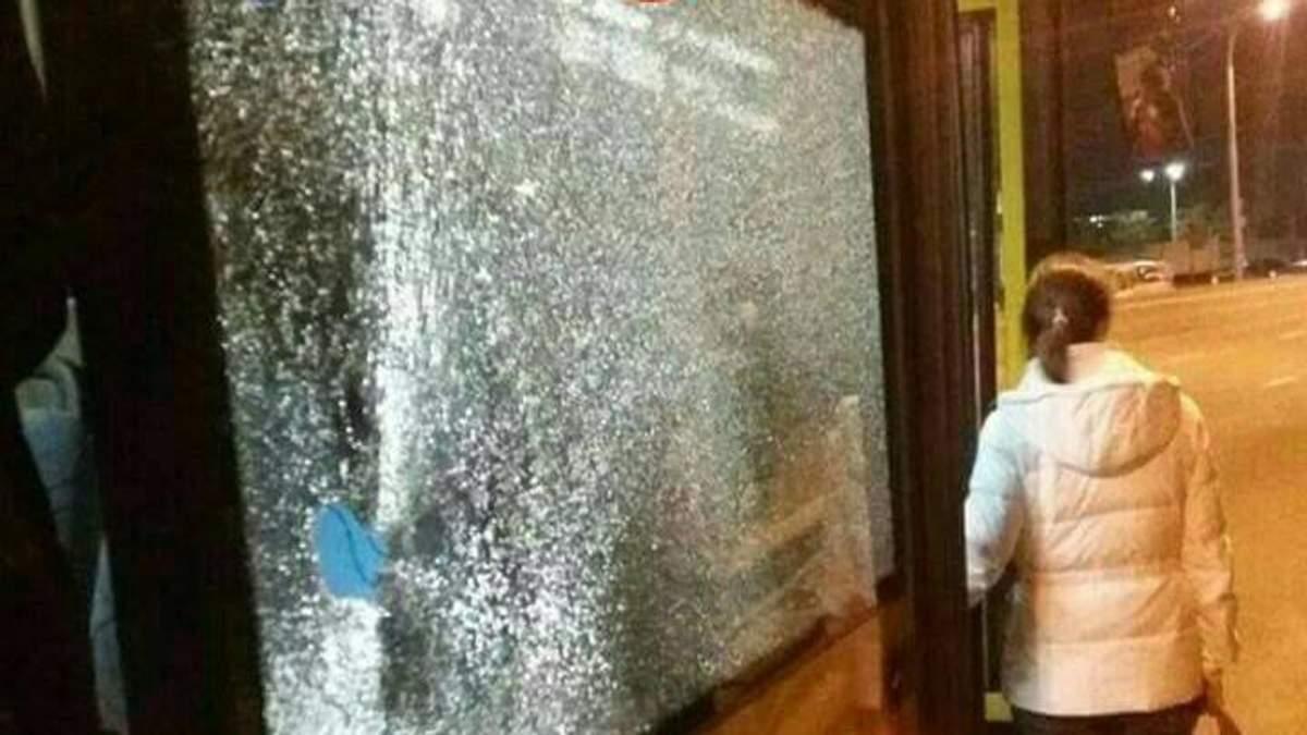 Невідомі кинули камінь у вікно автобуса у Києві