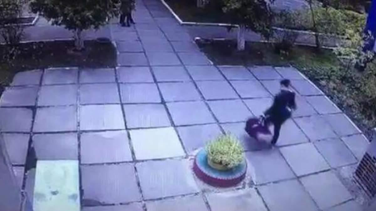 У Києві викрали дитину із дитячого садка - відео викрадення