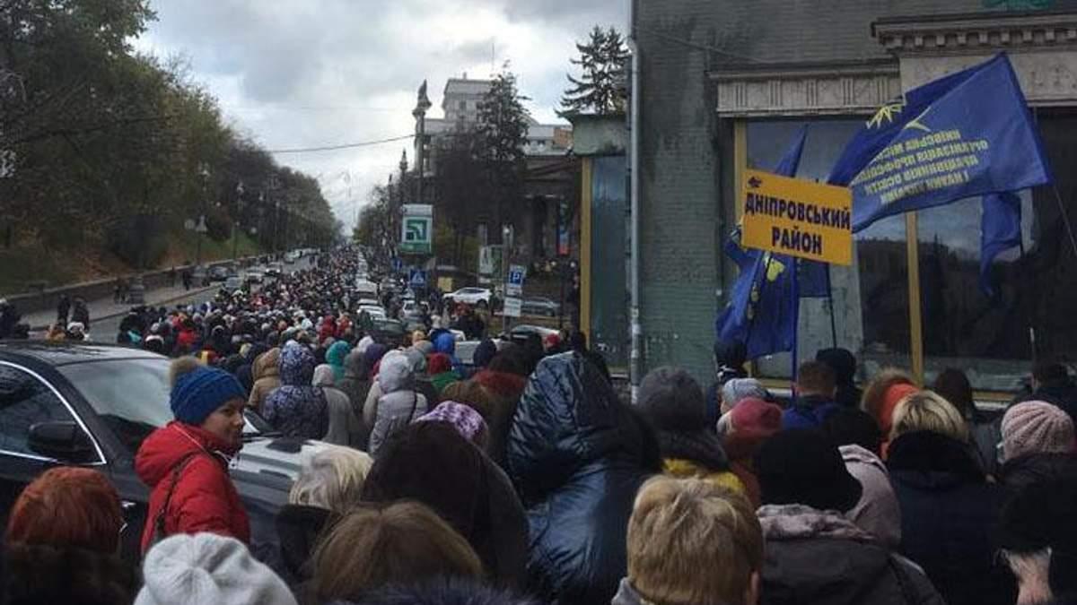 В Киеве педагоги пикетируют Кабмин