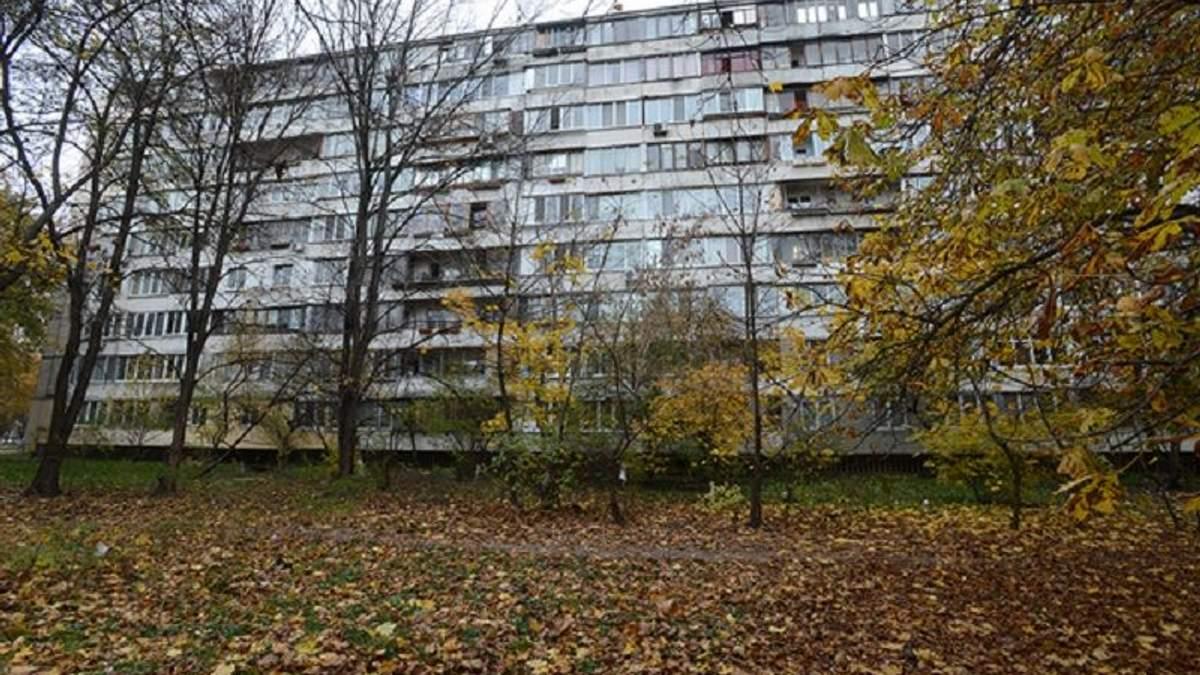 Киевлянка за ноги поймала мужчину, который выпал с 9 этажа