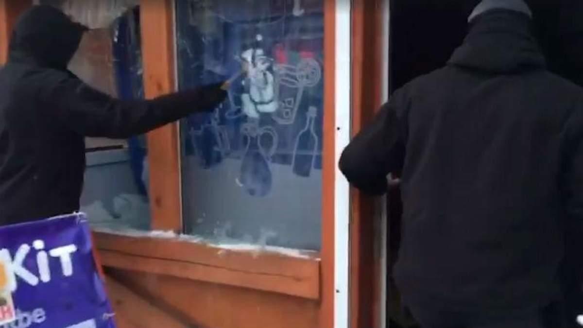 У Києві невідомі у балаклавах розгромили кафе