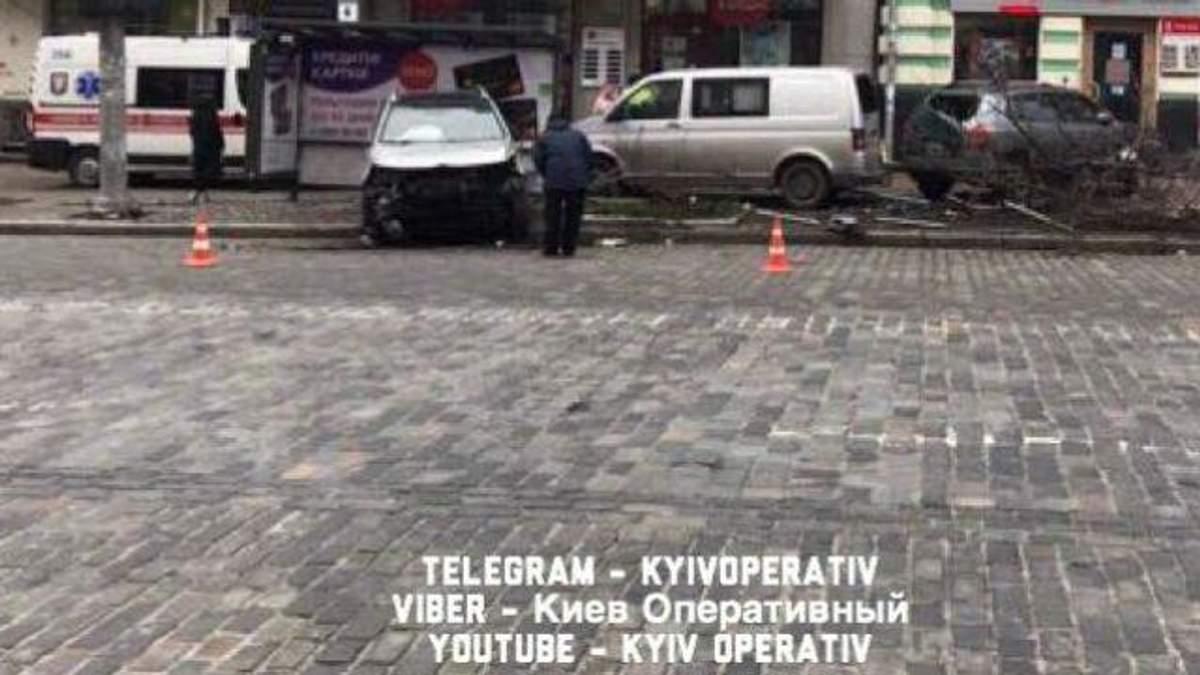 Потужна аварія у Києві:  KIA протаранив кілька авто та влетів у зупинку