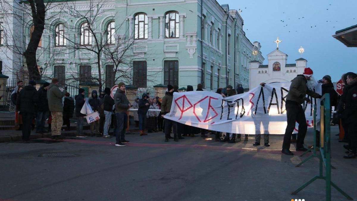 Активісти заблокували в'їзд до Києво-Печерської лаври: фото та відео