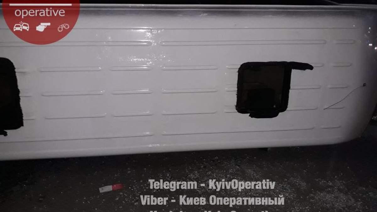 Під Києвом перекинулася маршрутка з пасажирами: фото