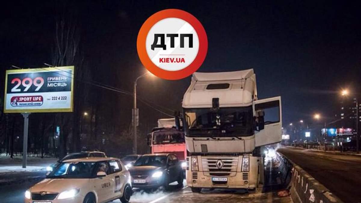 У Києві посеред дороги загорілась вантажівка: фото