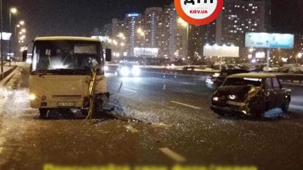У Києві маршрутка протаранила легкове авто: фото