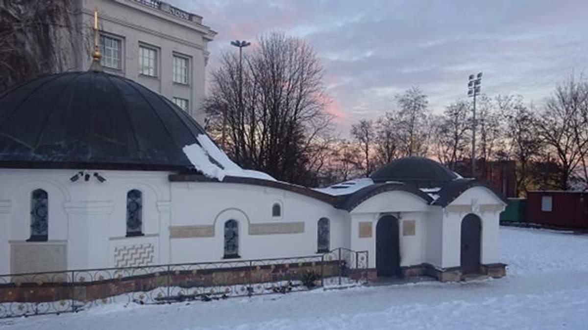 Скандал навколо каплиці УПЦ МП у Києві: після акції активістів її намагалися підпалити