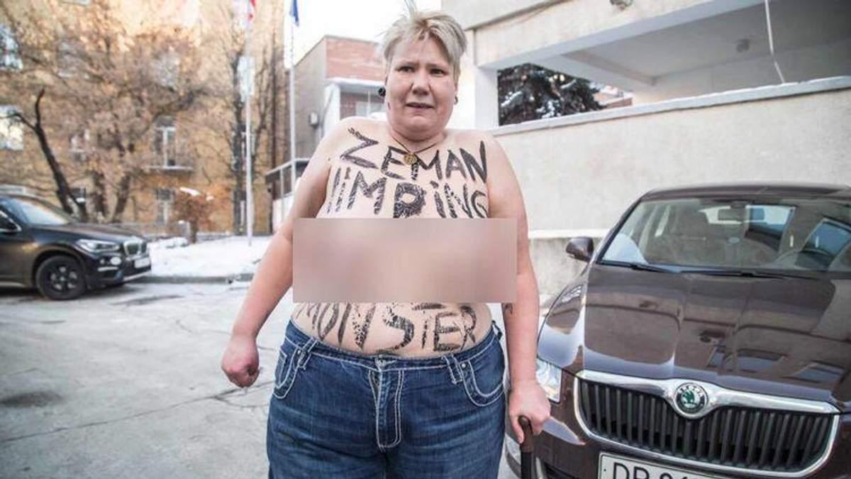 Активістка Femen переплутала і роздяглася не під тим посольством у Києві (18+)