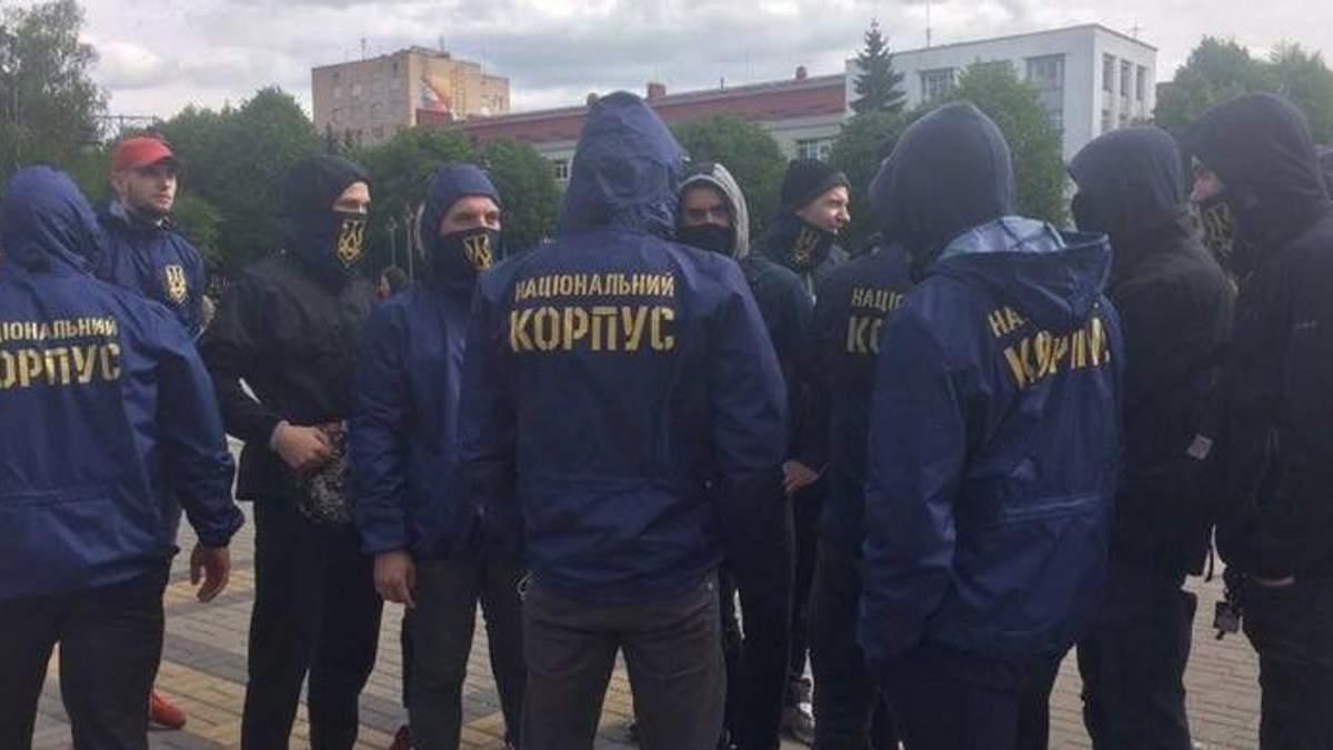 """У Києві """"Нацкорпус"""" побив комуністів, які роздавали провокативні листівки: відео"""