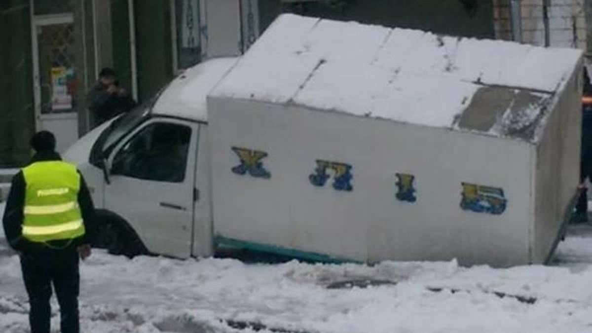 У Києві хлібовоз провалився під асфальт: фото
