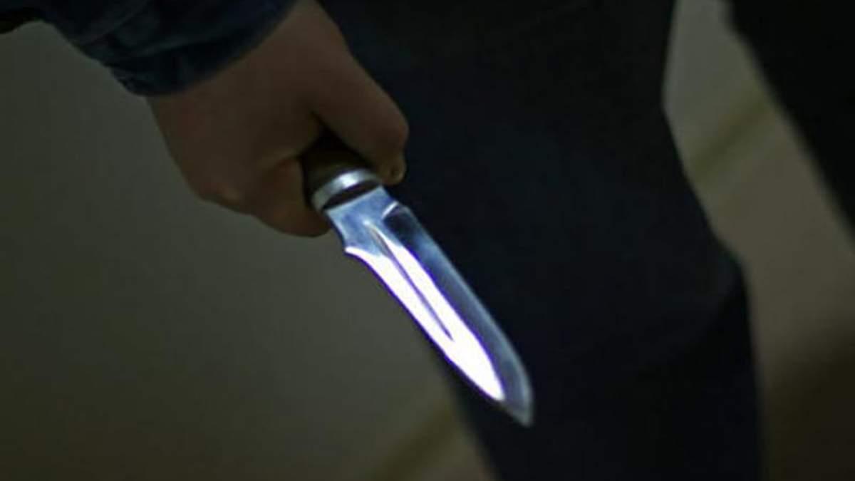 В Киеве неизвестный с ножом набросился на двух мужчин и начал жестоко бить