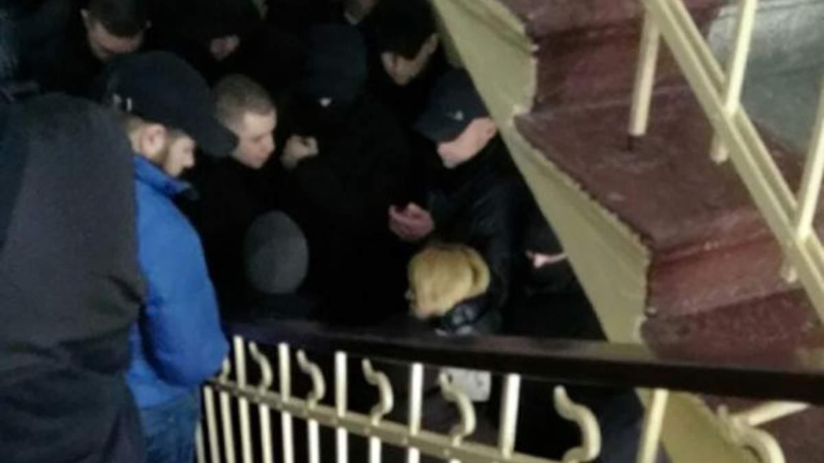 У суді над Трухановим невідомі блокують коридор та сходи: відео