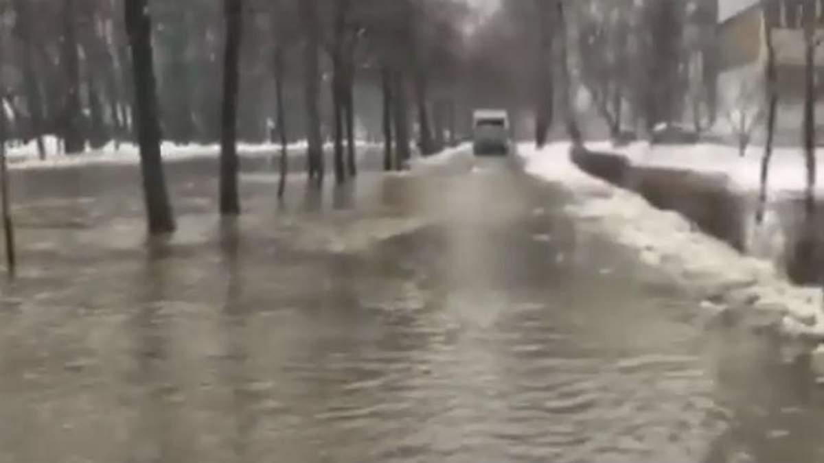 На вулиці Лятошинського у Києв іутворилось озеро