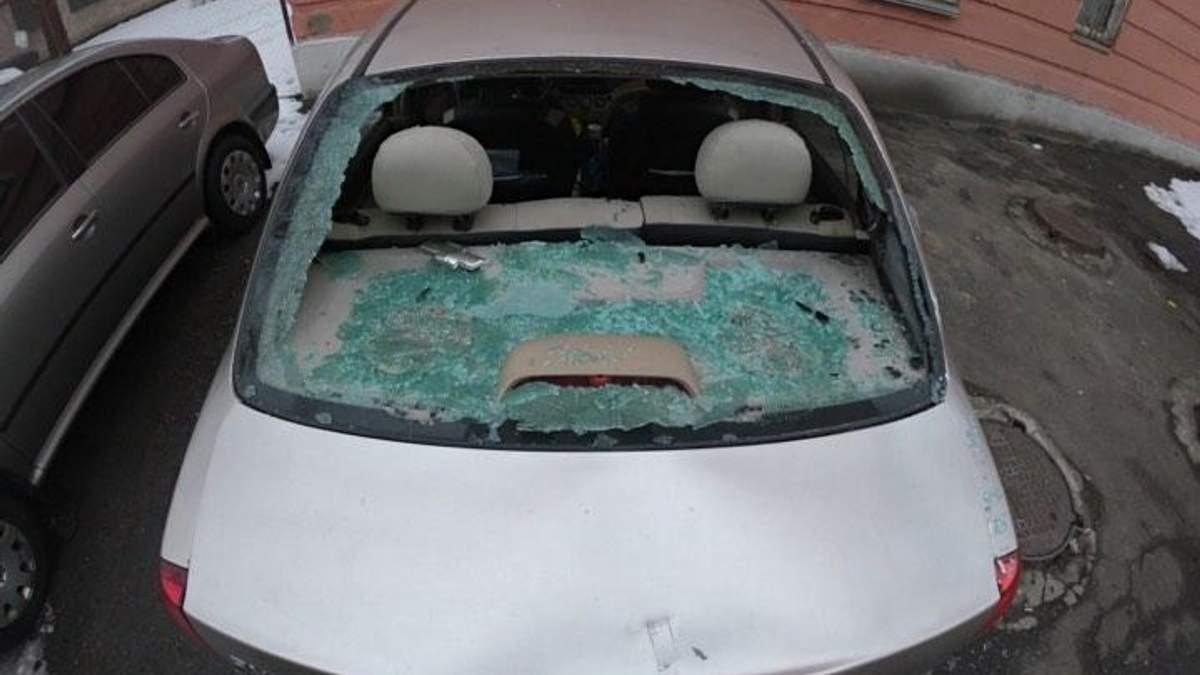 В Киеве под судом человек крушил топором элитные авто: эксклюзивные фото и видео