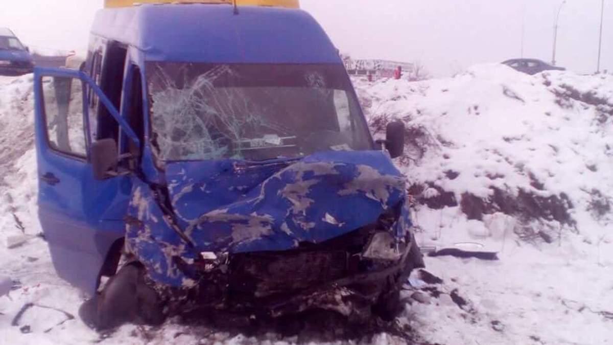 Легковушка влетела в автобус с детьми под Киевом: есть погибшие