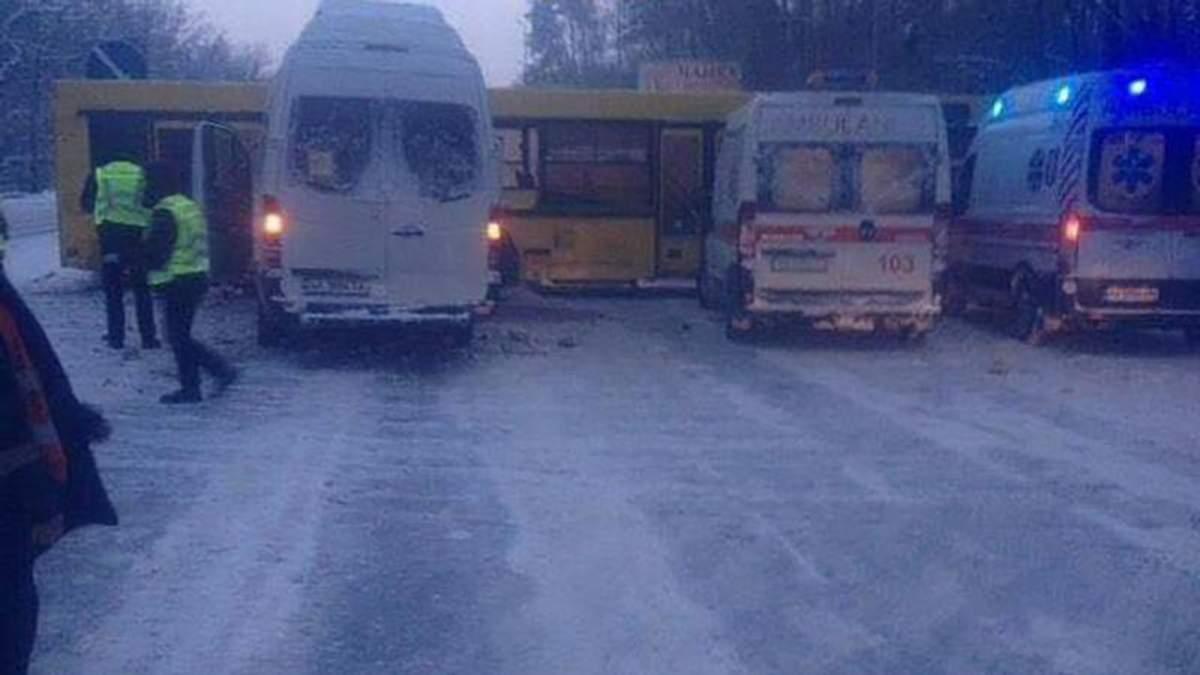 Мікроавтобус з дітьми зіткнувся з рейсовим автобусом у Києві: багато потерпілих
