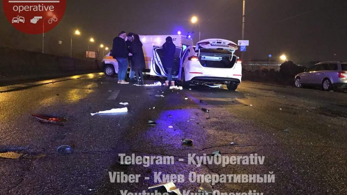 В Киеве возле торгового центра произошло тройное ДТП: фото