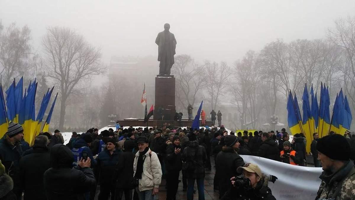 Митинг в Киеве: активисты прорвались к памятнику Шевченко, куда должен приехать Порошенко
