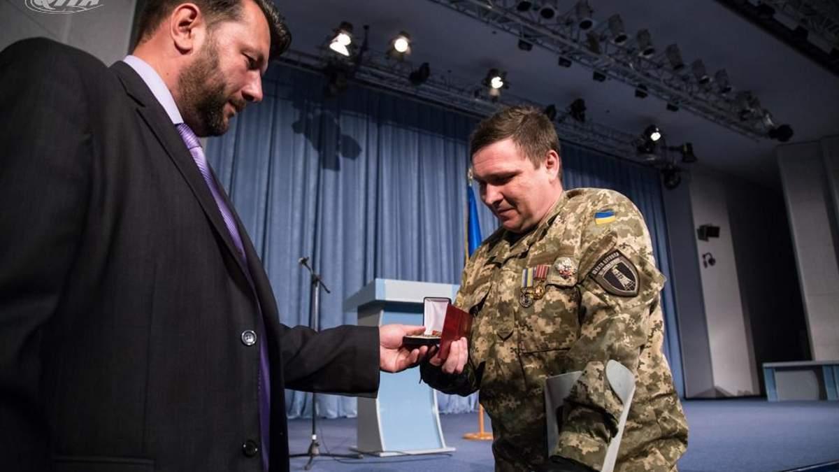 Лицарі ордену нескорених: воїнам та волонтерам вручили народну нагороду