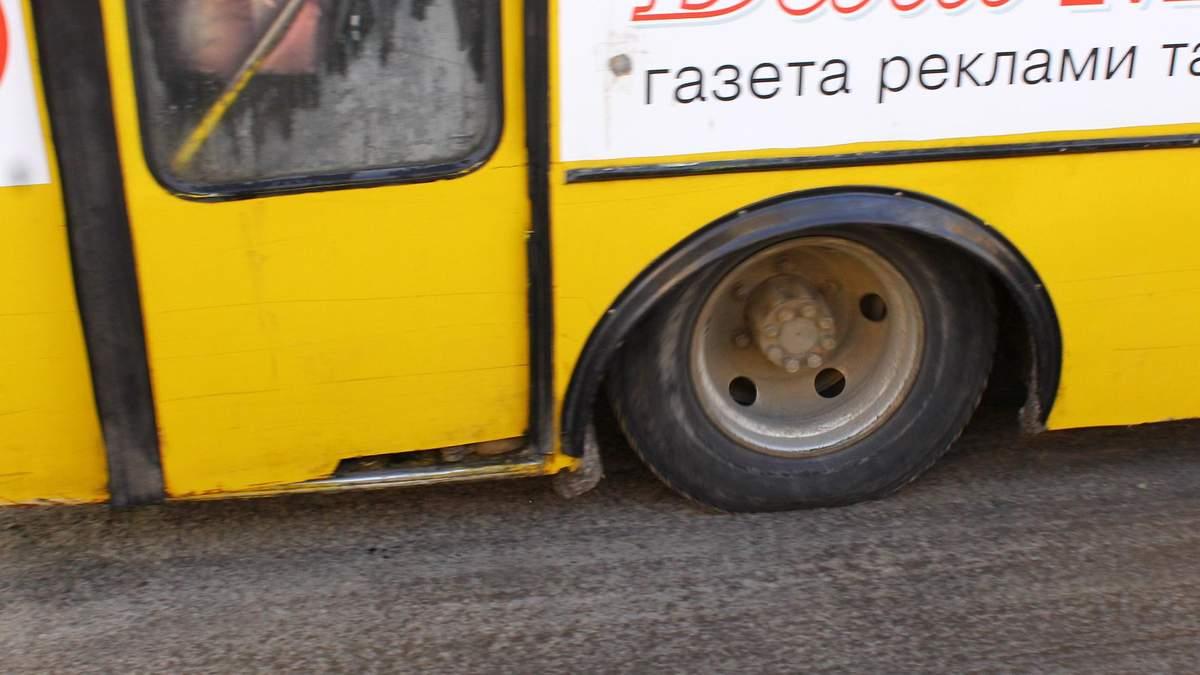 У Києві в маршрутки під час руху відвалилися двері: фото