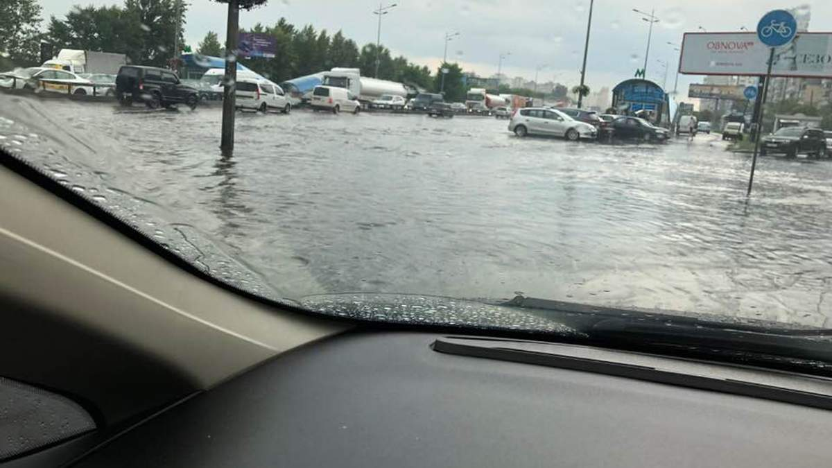 Мощный ливень в Киеве: машины плавают по затопленным улицам