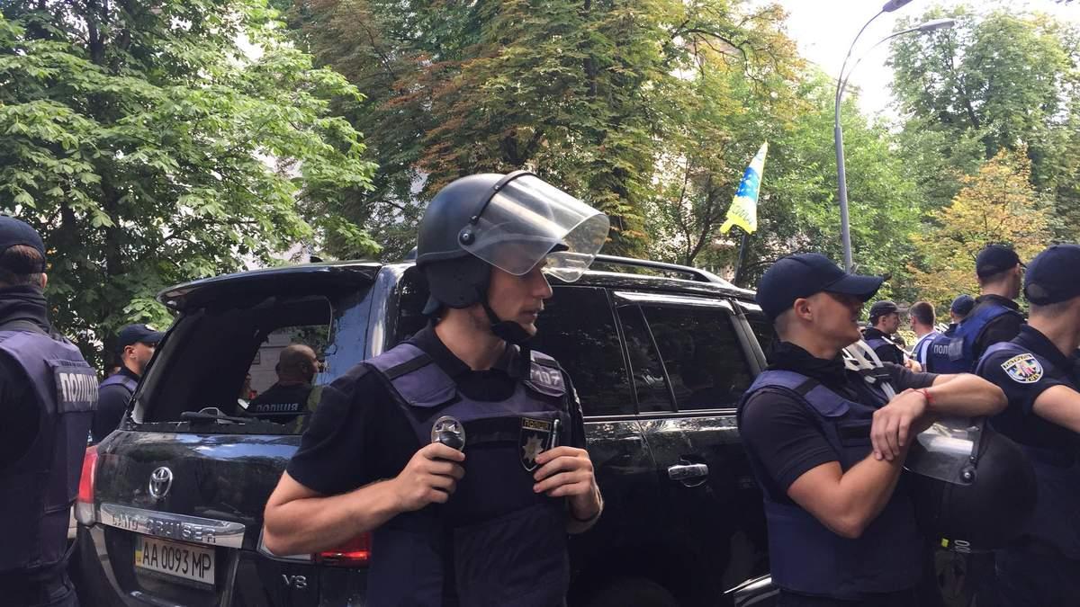 Сутичка під Верховною Радою: авто з нардепом збило активіста