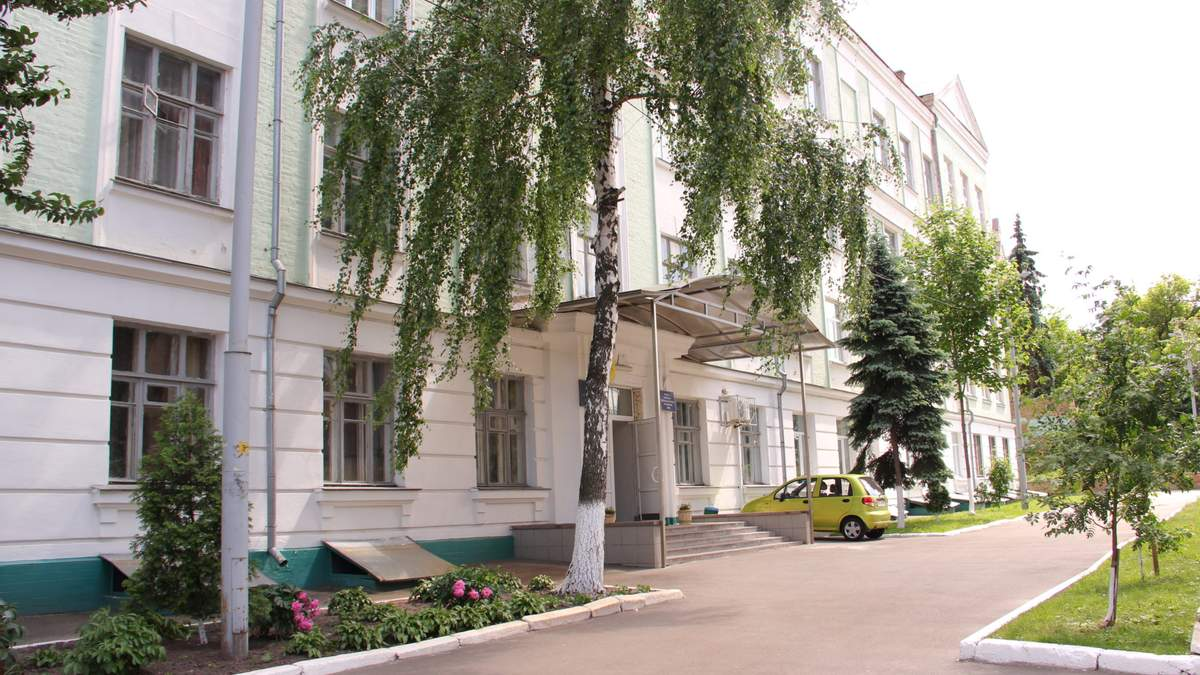 Бил стулом по голове и колол ножницами: в киевской школе ученик поиздевался над учительницей