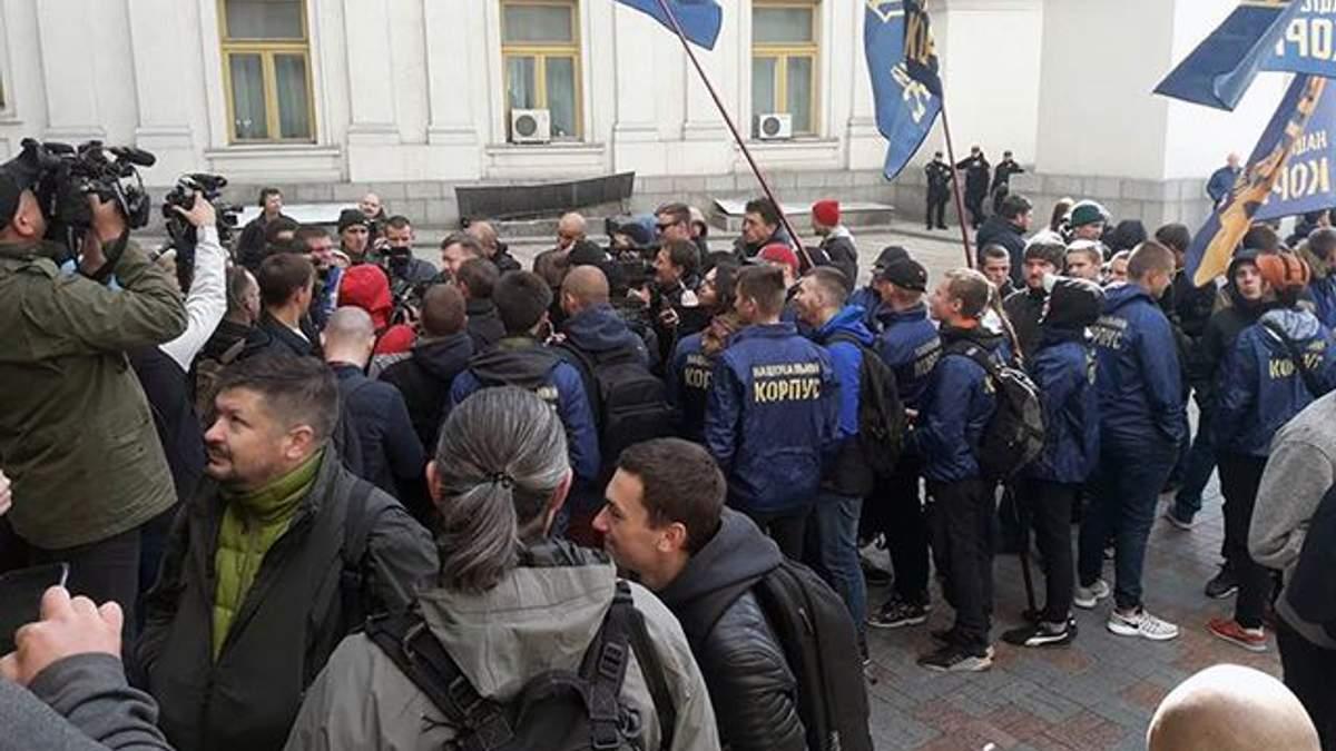 В Киеве люди митингуют с требованием выслать консула Венгрии на Закарпатье: фото