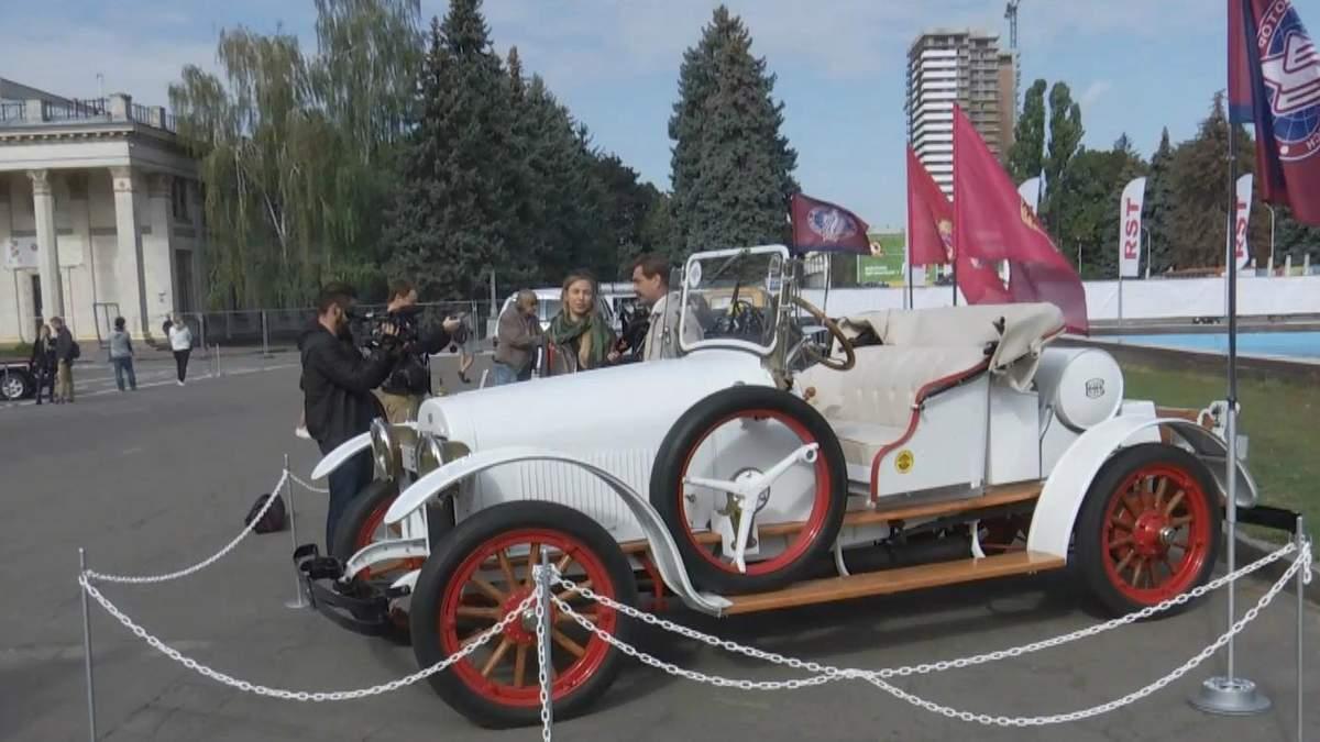 В Киеве на фестивале представили около 1000 легендарных и уникальных ретроавтомобилей: фото