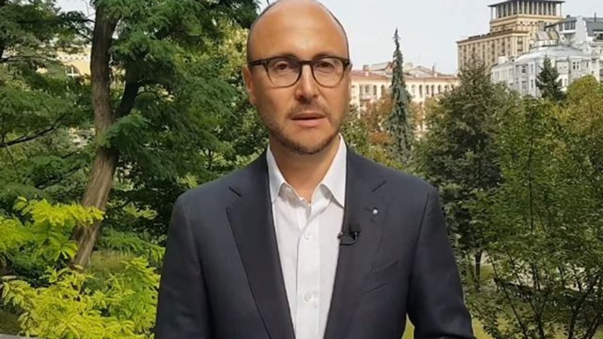 У мерії Києва облили зеленкою та закидали яйцями депутата Гусовського