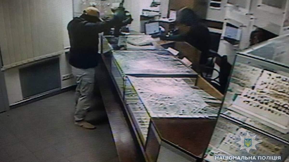 Пограбування столичної ювелірки: поліція затримала одного з нападників