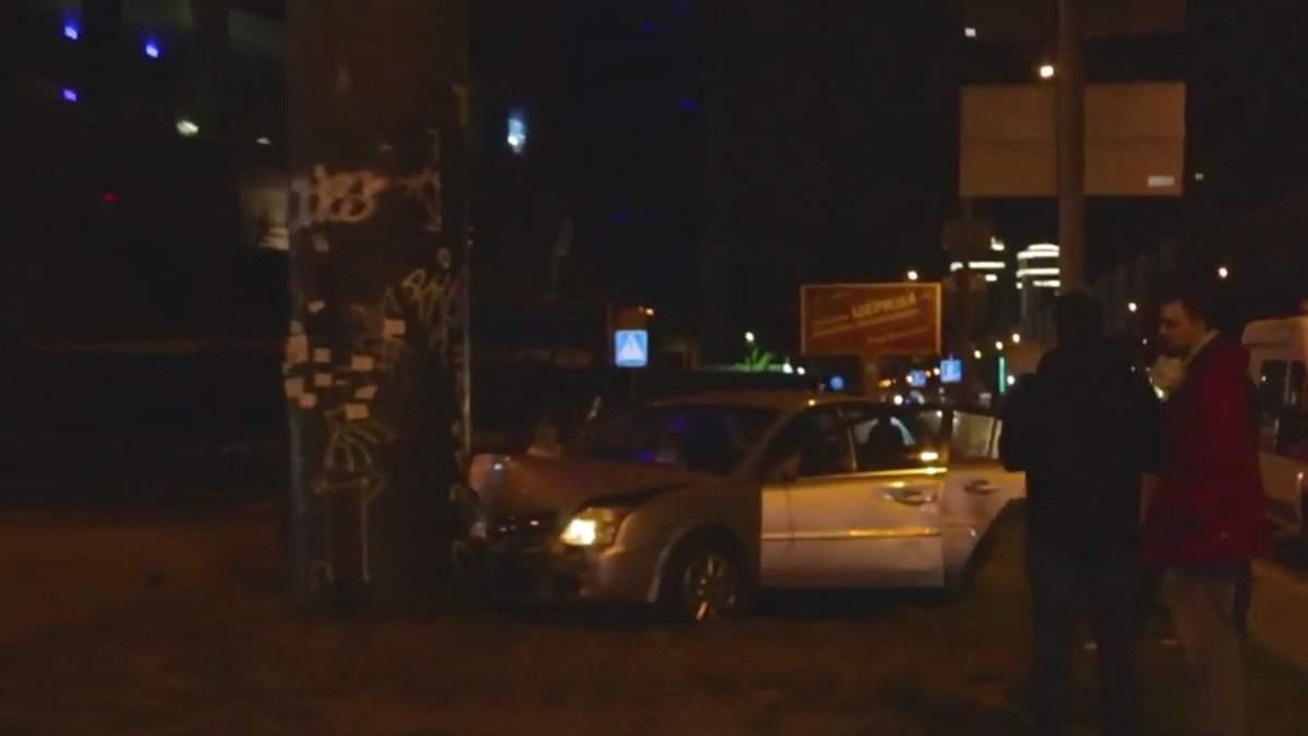 ДТП в Києві: водій на німецьких номерах рятувався від зіткнення та влетів у стовп